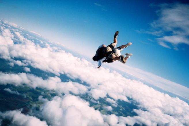 【崖や空から落ちる夢でビクッと起きた…】意味や深層心理とは?