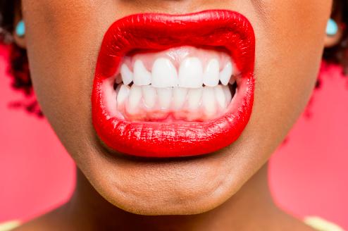 【睡眠中に歯ぎしりや噛む動作をする心理や意味とは?!】なぜする?原因・治療・対策法など