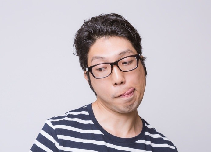 「舌を出す」「唇を舐める・噛む」癖の心理とは?