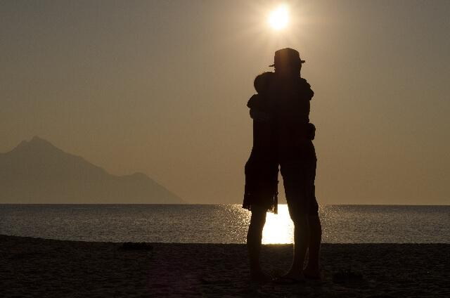 「抱きしめられると安心する」ハグで分泌される愛情ホルモン・オキシトシンとは?