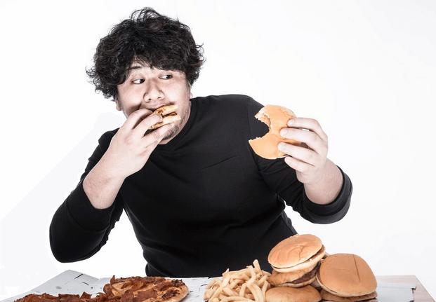 ストレスが原因で過食をする人が急増中?食べるのをやめられない方へ